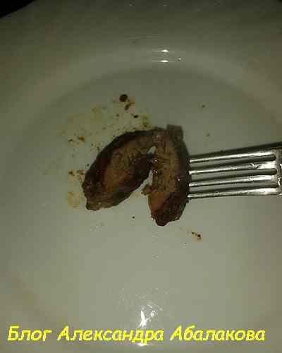 разрежьте куриную печень ножом пополам