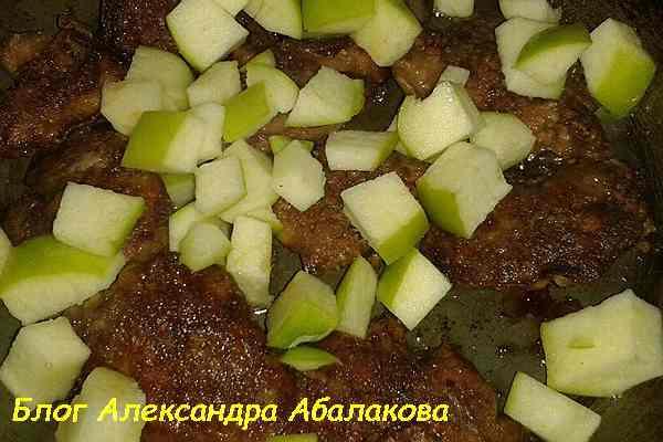 салат с яблоками и печенью курицы