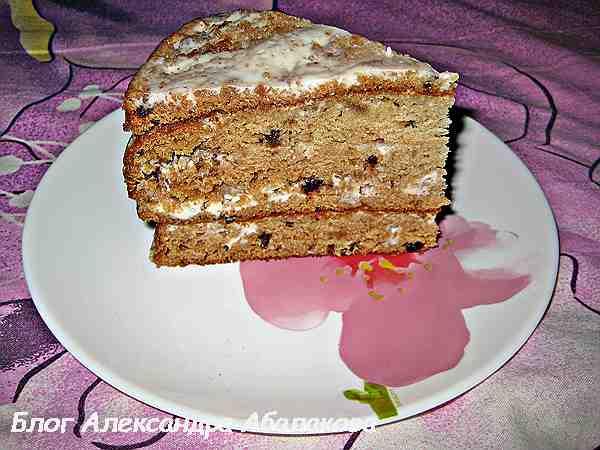отрезанный кусочек торта трухлявый пень