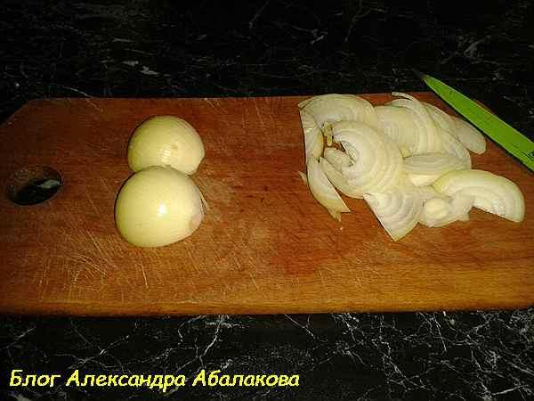 нарезанный полукольцами лук для блюда из шампиньонов