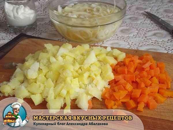 вареный картофель и морковь нарезанные кубиками