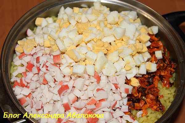 соединить рис с яйцами крабовыми палочками и овощами