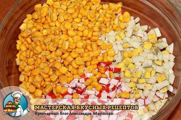 смешать кукурузу и крабовые палочки с яйцами в одной миске
