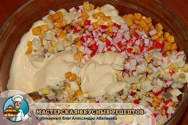 добавить майонез в салат с крабовыми палочками