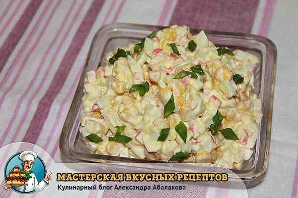 салат с крабовыми палочками в тарелке