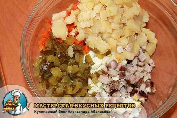 смешать вместе ингредиенты столичного салата
