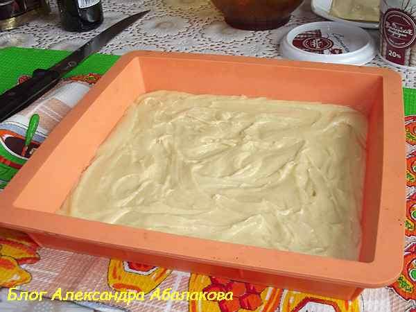 медовое тесто в форме для выпечки