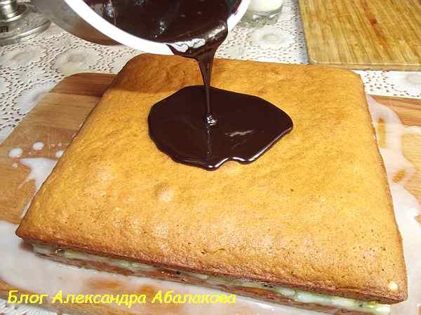 поливаю торт медовик школадной глазурью