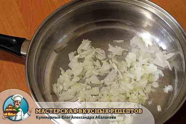 нарезанный лук для чечевичной каши