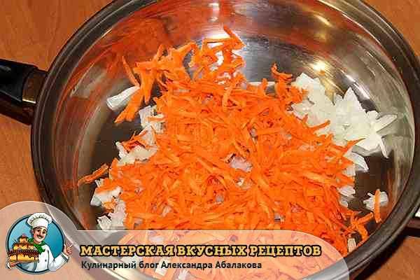 добавить тертую морковь в лук лежащий в кастрюле