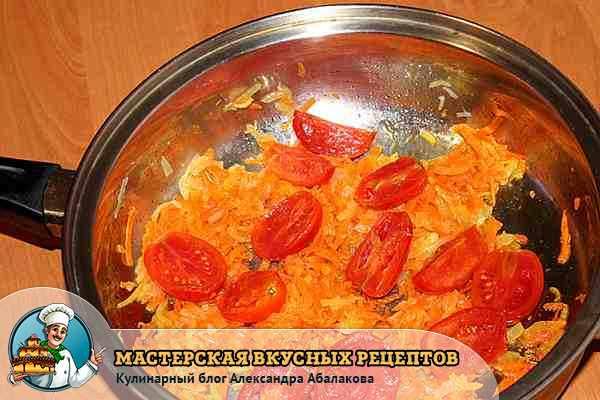 соединить томаты с обжаренными морковюь и луком
