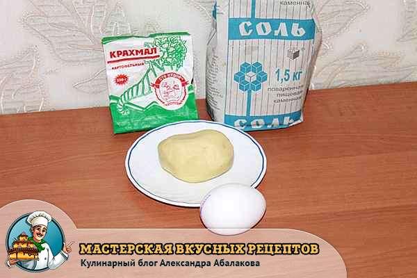 продукты для ленивых вареников с картошкой стоят на столе