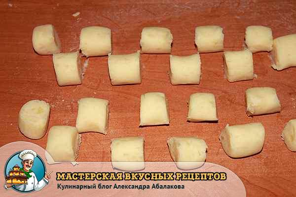 колбаска из картофельного теста нарезанная на кубики