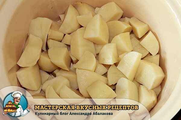 почищенный и нарезанный картофель для ленивых вареников