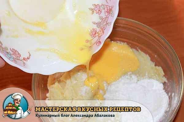 соединить толченый картофель и крахмал с яйцом