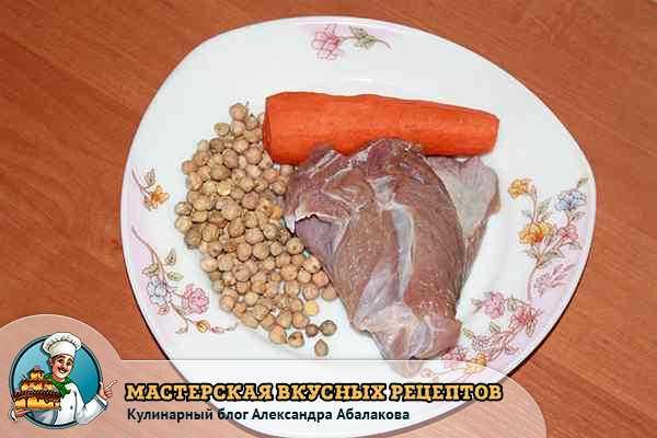 нут с мясом и морковью на тарелке