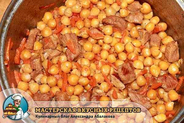 нут с мясом и морковью в кастрюле