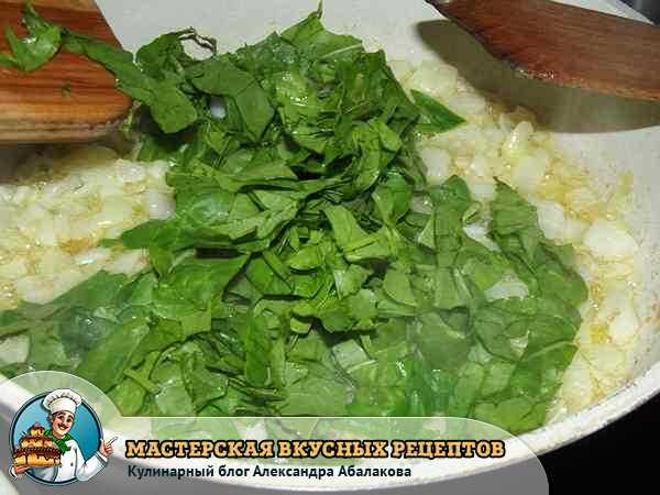 добавить шпинат к жаренному луку