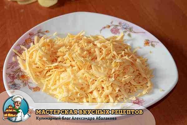 натертый сыр в запеканку из картофеля и курицы