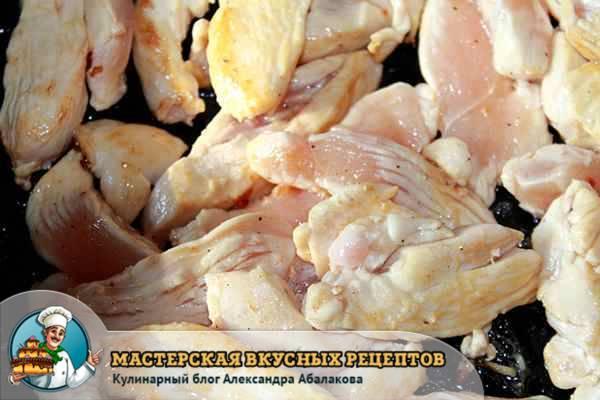 обжарить куриную грудку в сковородке