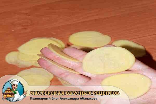 порезать картофель для запеканки с курицей