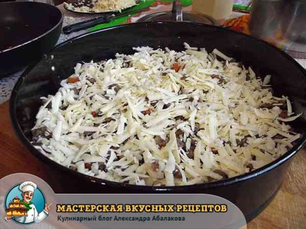 посыпать мясной фарш с овощами сыром