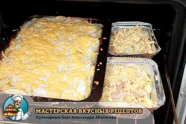 противень с запеканкой из курицы и картошки в духовке