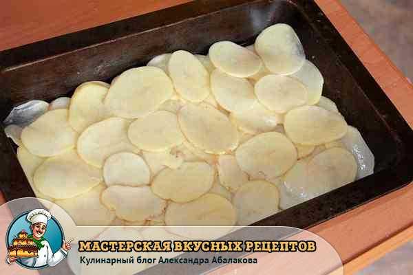 уложеный на лук картофель