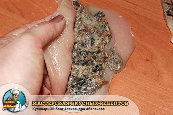уложить грибную начинку в куриную грудку
