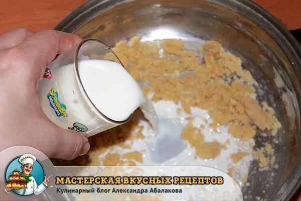 влить молоко в обжаренную муку