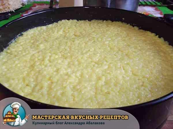 выложить на фарш слой риса