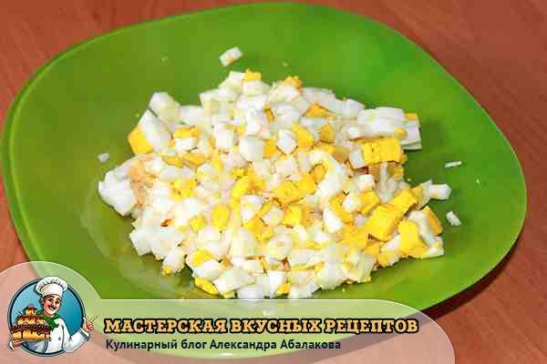 яйца в салат с вермишелью нарезать кубиками