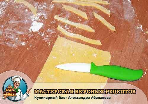 нарезать яичное тесто на полоски