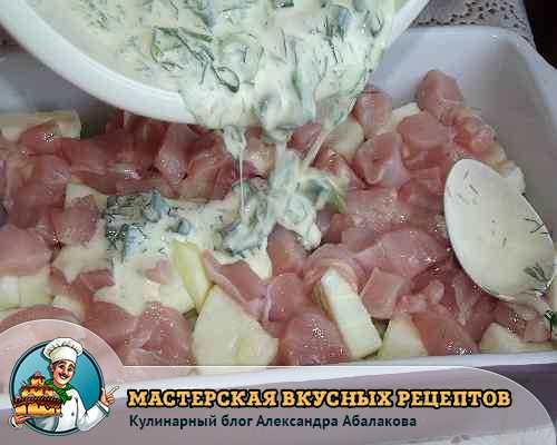 полить соусом кабачки и курицу