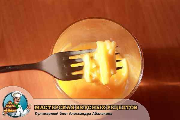 соеденить сырые яйца и сыр