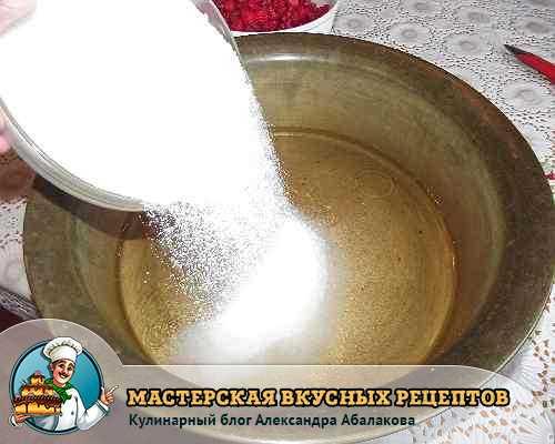 всыпать сахар в половину литра воды