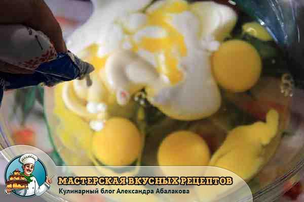 добавить в три яйца сметану