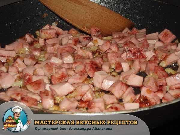 колбаса жарится в сковороде
