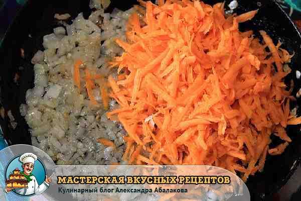 лук и морковь жарятся для запеканки