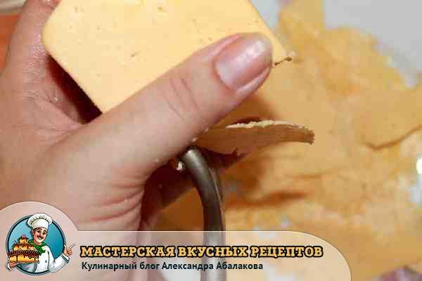 нарезать сыр пластинками