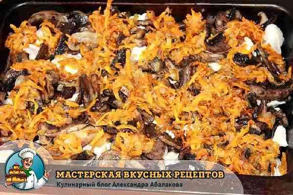 уложить на грибы лук и морковь