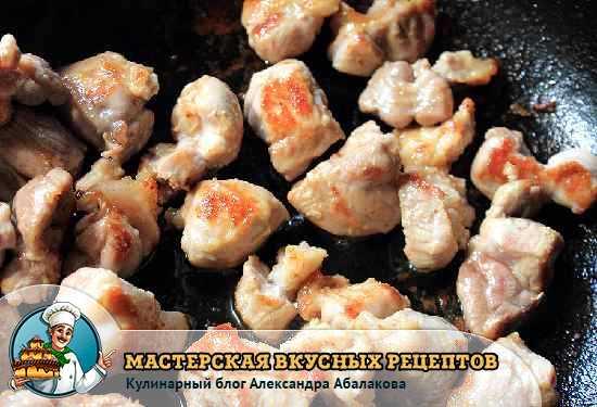 кусочки свинины жарятся в сковороде