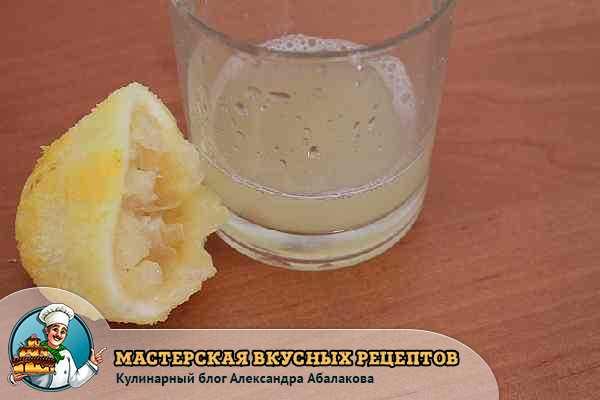 лимонный сок в стакане