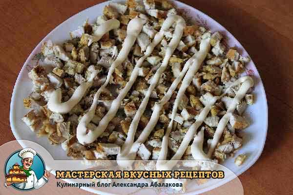 покрыть слой салата майонезом