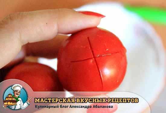 помидор с разрезом в руке