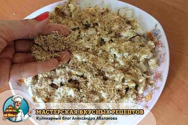 посыпать каждый слой салата орехами