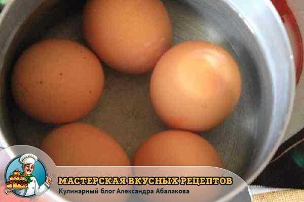пять яиц в кастрюле с водой