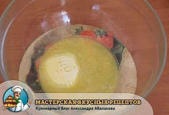 растопленное в тарелке сливочное масло