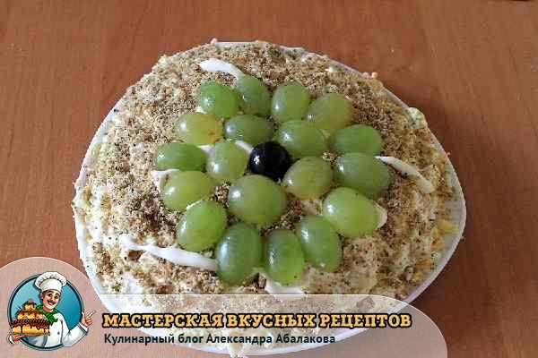 украсить салат с курицей и орехами виноградом