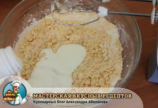 влить кефир в муку с маслом и яйцами